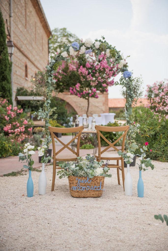 Arche de mariage fleurie pour une cérémonie laïque par By Maj, wedding planner et wedding designer à Perpinan et dans le 66 pour la cérémonie Laïque d'un mariage en extérieur sur le thème champêtre et pastel