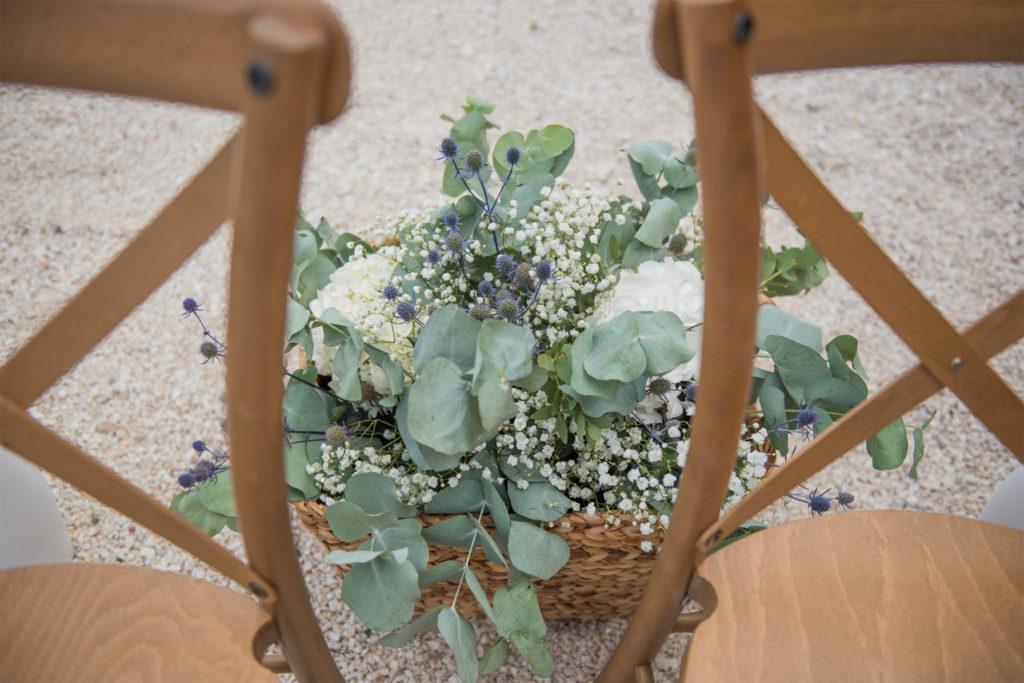 Décoration florale vert pastel pour une cérémonie laïque par By Maj, wedding planner et wedding designer à Perpinan et dans le 66 pour la cérémonie Laïque d'un mariage en extérieur sur le thème champêtre et pastel