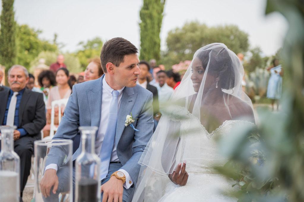 Couple de mariés - cérémonie By Maj, wedding planner et wedding designer à Perpinan et dans le 66 pour la cérémonie Laïque d'un mariage en extérieur sur le thème champêtre et pastel
