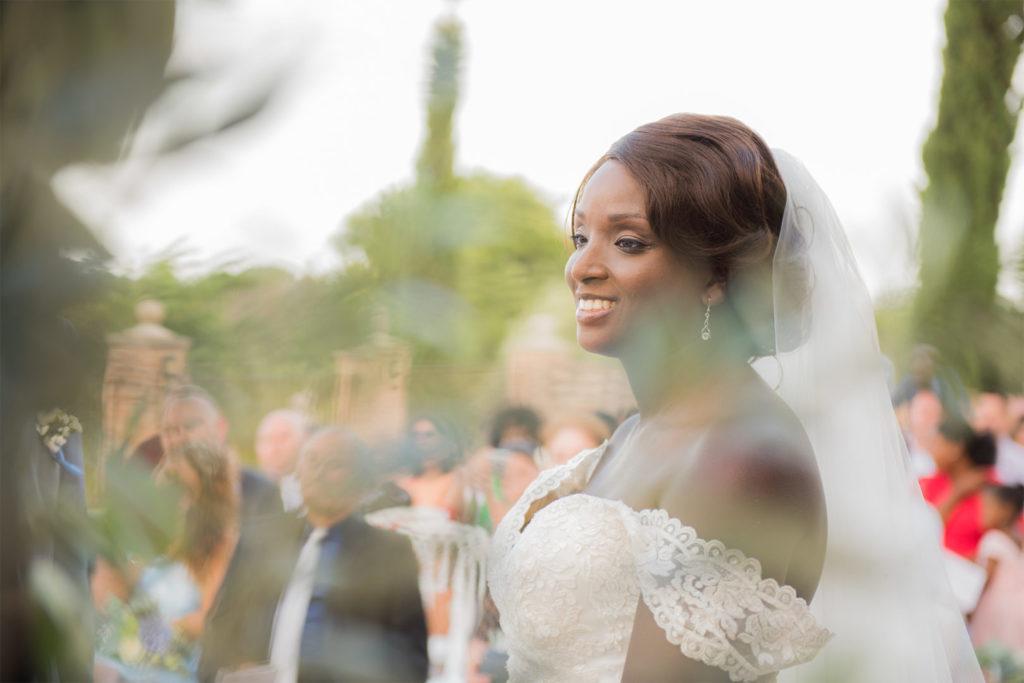 Mariée au chignon classique - Mariage By Maj, wedding planner et wedding designer à Perpinan et dans le 66 pour la cérémonie Laïque d'un mariage en extérieur sur le thème champêtre et pastel